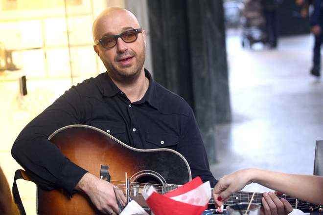 Joe Bastianich dopo Masterchef: aperitivo ed esibizione con la chitarra al tavolo