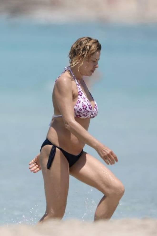 Eva Grimaldi, fisico al top a Formentera: curve hot e topless a 53 anni