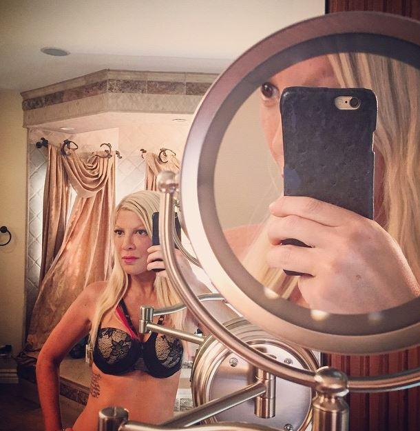 Tori Spelling, autoscatto in bagno con reggiseno push up