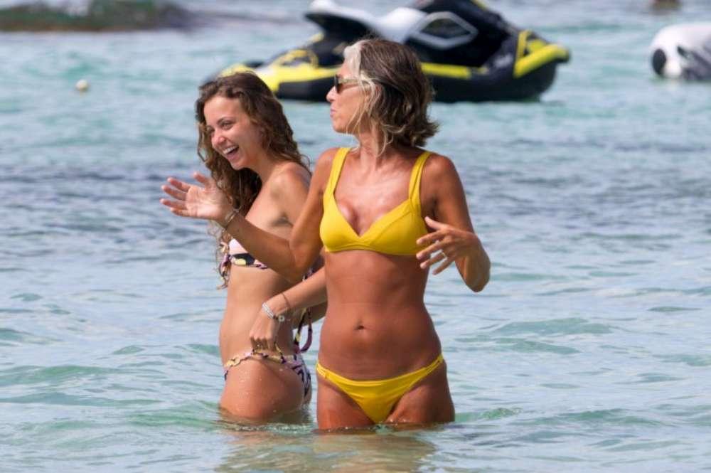 Paola Marella, elegante anche al mare