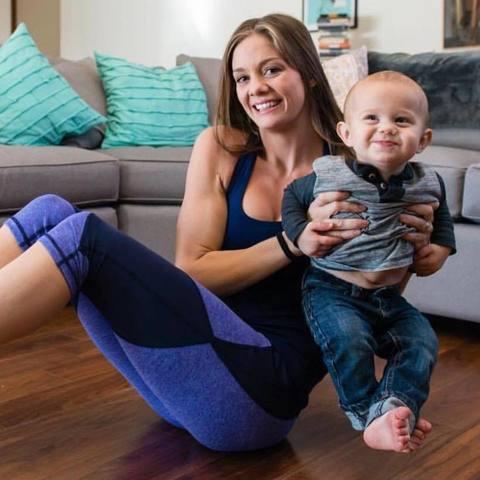 Dopo il parto ha un fisico perfetto, la mamma mostra il suo segreto su Facebook
