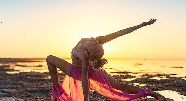 """""""Volevo morire, lo yoga mi ha salvato la vita"""": Oggi gira il mondo per aiutare gli altri"""